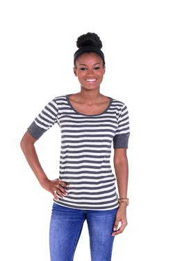 K505W - Women's Scoop Neck Short Sleeve Shirt with Thick Stripe (Charcoal)